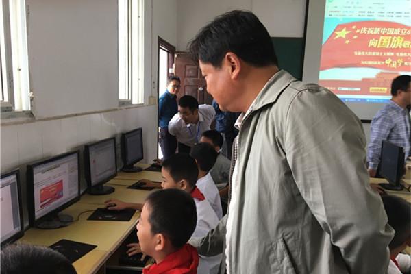 ,指导学生登录中国文明网向国旗寄语留言.图片来源:常德文明网-