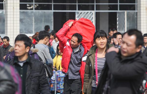 2015年2月6日,常德火车站出站口,春运返乡的人. 李龙 摄