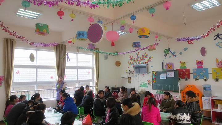 寒假将至,新年随之而来。为更好的促进家园联系,让孩子们提前享受到过年的喜悦,1月23日上午,石门县新关镇中心幼儿园举办了高高兴兴包饺子 热热闹闹迎新年家长开放日活动。 活动中,老师、家长和孩子们幸福地围坐在一起,在老师的指导和家长帮助下,孩子们小心翼翼的学着调馅、仔细的放馅、包饺子,轻轻的捻饺子皮,可认真了!